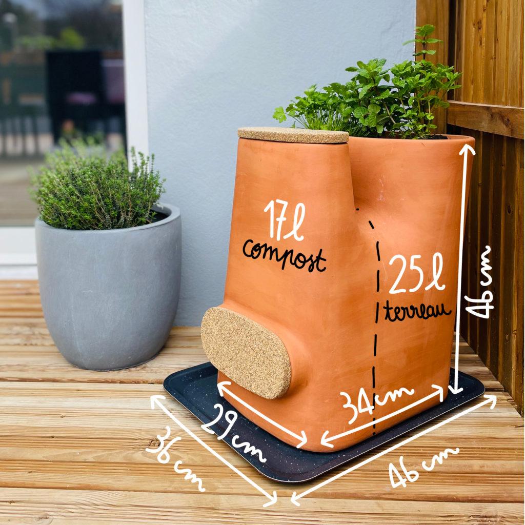 Pot defleurs composteur en terre cuite sur un balcon avec ses dimensions