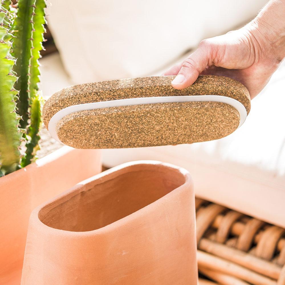 Gros plan sur bouchon en liège fermeture du pot de fleurs composteur ouvert par une main
