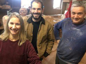 Etienne Drouilly avec Louis Jamin et Aliette Thomazo dans l'atelier des Poteries d'Amance